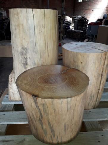 Troncos de madera con corteza y sin corteza